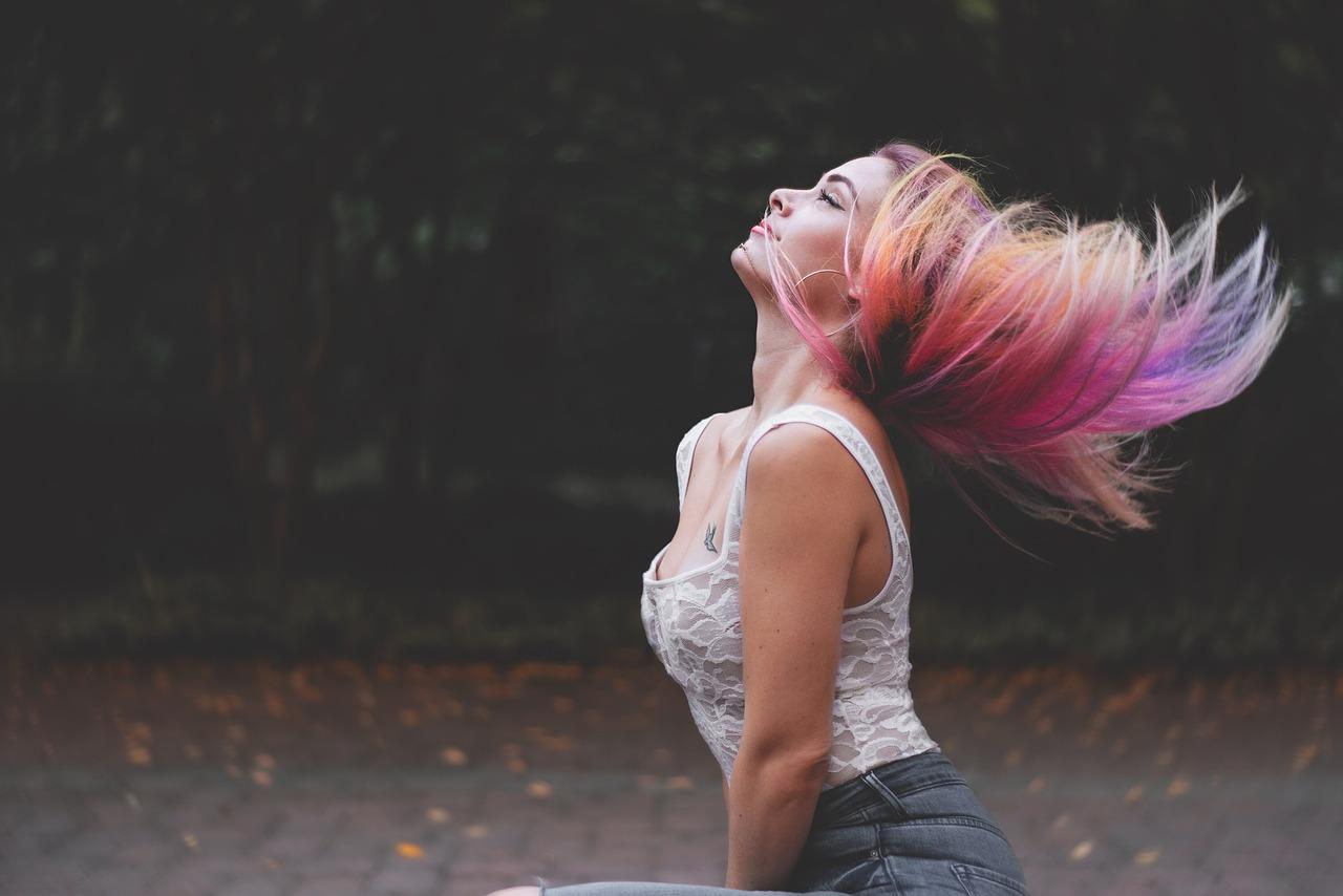 Farbujesz włosy? Stosuj odpowiedni szampon i odżywkę
