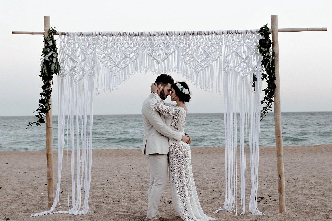 Ślub w plenerze czy ślub w pałacu? Wady i zalety
