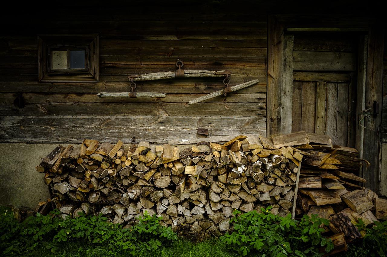 Jak przechowywać drewno do kominka?